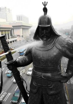 A worker cleans a statue of Admiral Yi Sun-shin in Gwanghwamun, Seoul on March 19, 2006. Yi was a late…