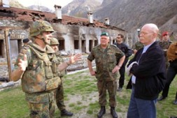 Briefing for the Minister of Defence, Dr. Peter Struck, in Kosovo.