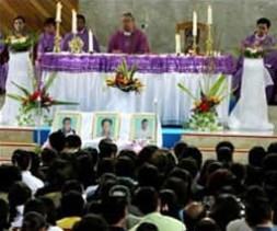 """The funeral of the executed Christians. Former Indonesian President Abdurrahman Wahid: """"In the 'hadist' it is said that an execution…"""