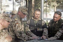 """General Ramms with ISAF soldiers: """"The success of our mission depends on the political will of ISAF nations"""""""