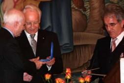 US-Senator John McCain. Bavarian Minister-President Stoiber presents Mr. McCain with the Peace Plaque in the presence of Mr. Teltschik.