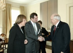 Dr. Friedbert Pflüger with CDU-Chairwoman Angelika Merkel meets US Vice President Cheney in the White House